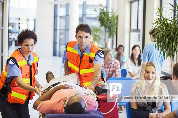 Rettungssanitäter im Krankenhaus