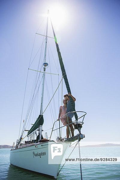 Paar am Ende des Bootes stehend