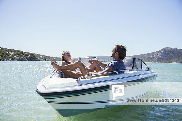 Paar sitzt zusammen im Boot auf dem Wasser