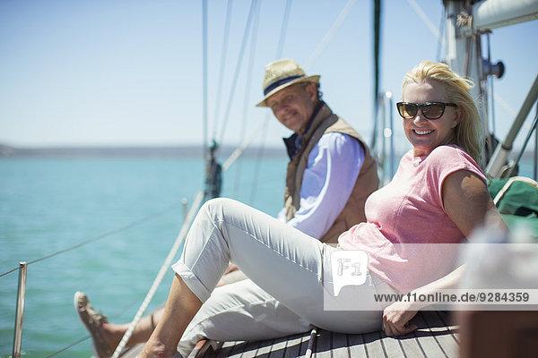 Paar Entspannung an Deck eines Segelbootes