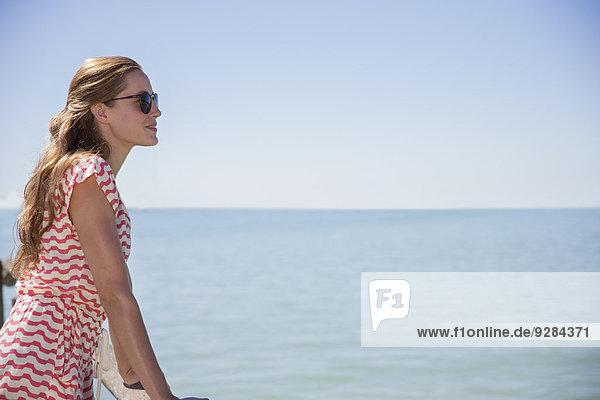 Frau am Wasser stehend