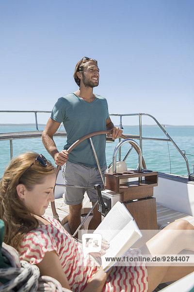 Paar Entspannung im Boot auf dem Wasser