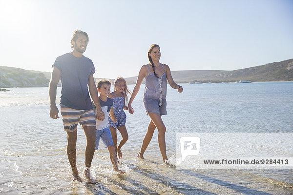 Familienwanderung entlang der Küste