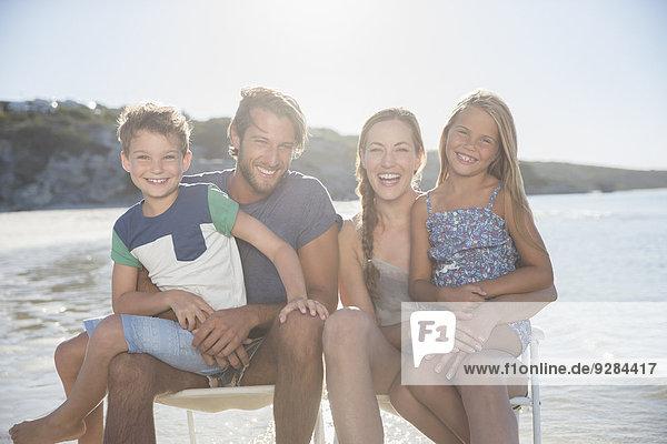 Familie  die in Wellen zusammensitzt