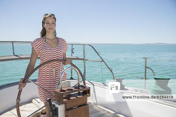Frau steuert Boot auf dem Wasser