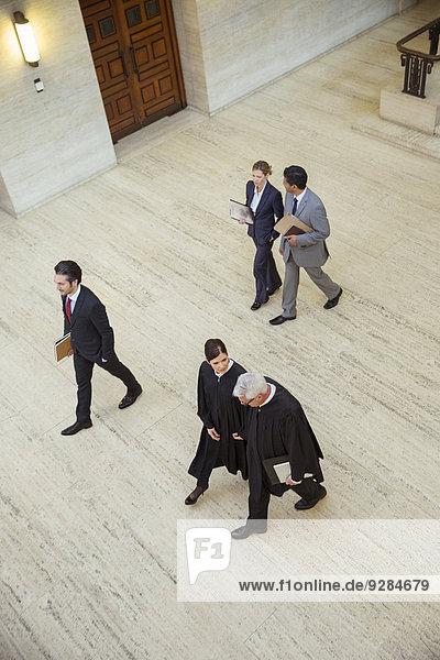 Richter und Anwälte gehen durch das Gerichtsgebäude