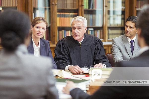 Richter im Gespräch mit Anwälten in der Kanzlei