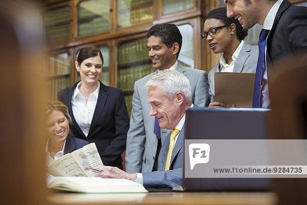 Rechtsanwälte prüfen gemeinsam das Dokument