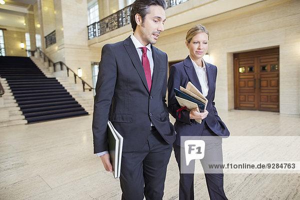 Anwälte gehen gemeinsam durchs Gerichtsgebäude