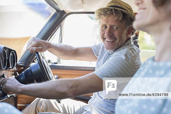 Älterer Mann startet Zündung des Autos
