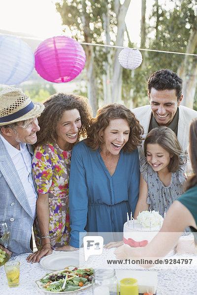 Familie feiert Geburtstag mit Familie