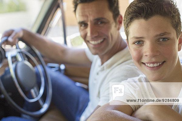 Vater und Sohn fahren zusammen im Auto