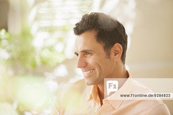 Mann lächelt drinnen
