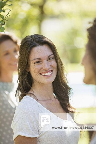 Frau lächelt im Freien