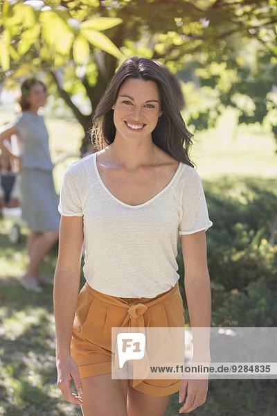 Frau beim Spaziergang durch den sonnigen Park