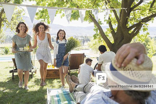 Familie genießt gemeinsam die Natur