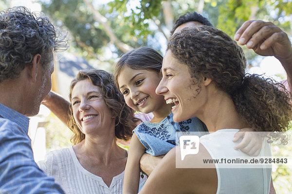 Familienumarmungen im Freien