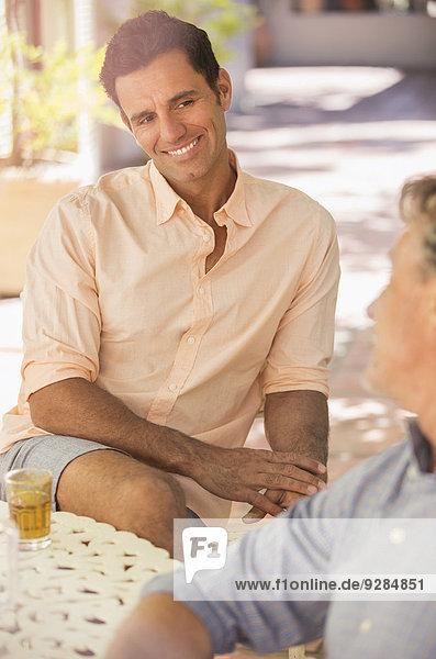 Vater und Sohn saßen am Tisch und genossen die Natur.