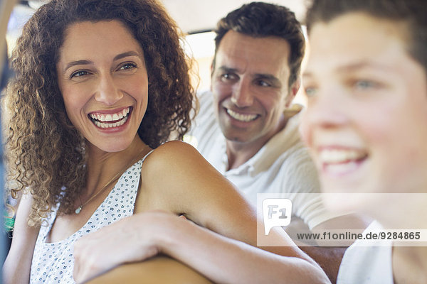 Frau genießt Autofahrt mit Familie