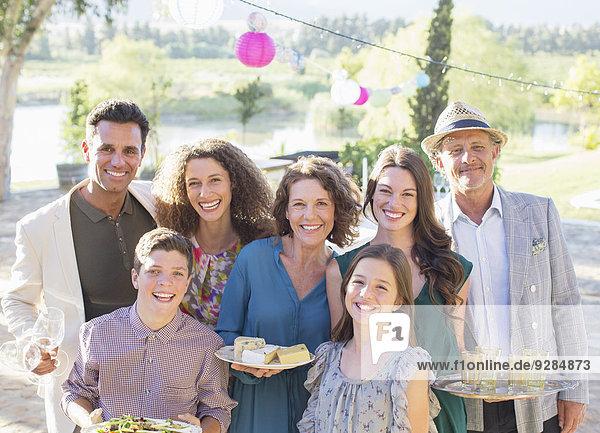 Familie lächelt gemeinsam im Freien