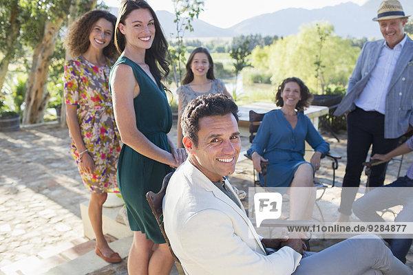 Familie versammelt auf der Hinterhof-Terrasse