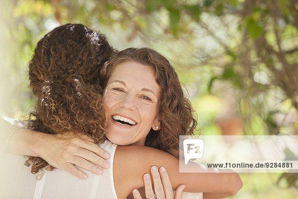Mutter und Tochter umarmen sich im Freien