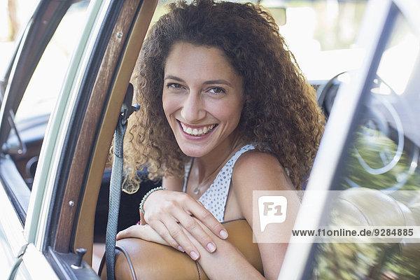 Frau beim Autofahren an einem sonnigen Tag