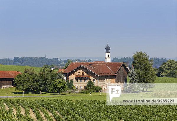 Wohngebäude Kirche Bayern Chiemgau Deutschland Oberbayern