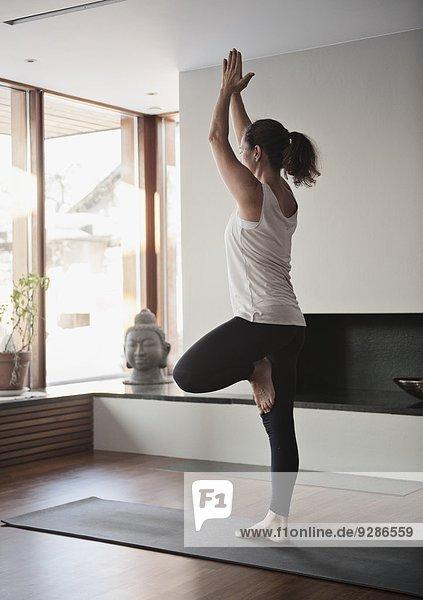 Interior zu Hause Frau Yoga