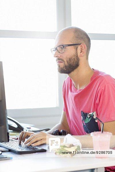 Mann arbeiten Büro Mittelpunkt Erwachsener