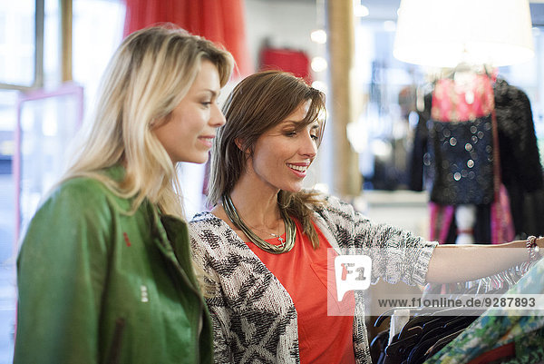 Frauenkleidung gemeinsam einkaufen