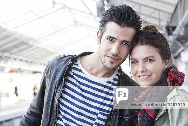 Junges Paar auf dem Bahnsteig  Portrait