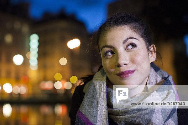 Junge Frau im Freien  warm gekleidet  Portrait