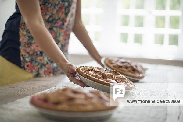 Ein Familientreffen. Teller mit Essen  die zu einem Tisch getragen werden. Ein Familientreffen. Teller mit Essen, die zu einem Tisch getragen werden.