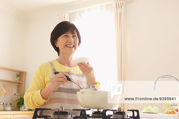 Senior Senioren kochen Frau Erwachsener japanisch