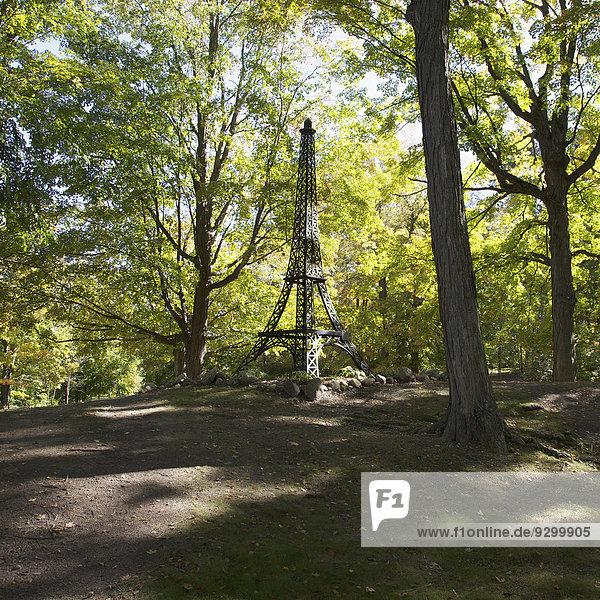 Eine Nachbildung des Eiffelturms in einem Park  Paris  Michigan  USA
