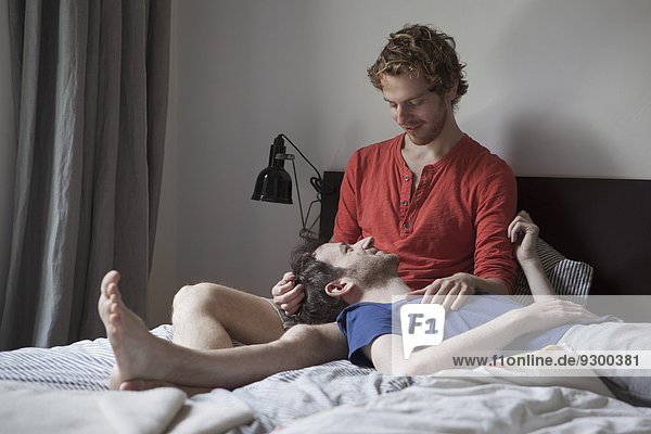 Liebende homosexuelle Paare  die sich zu Hause im Bett entspannen.
