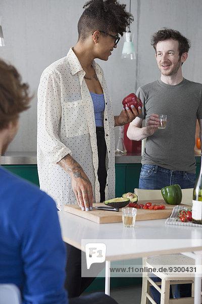 junge Freunde bei der Zubereitung von Speisen in der Küche