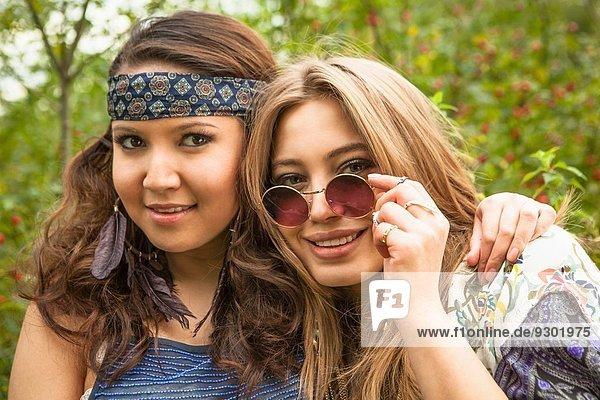 Zwei Hippie-Mädchen mit Blick auf die Kamera