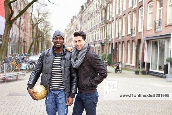 Porträt von zwei jungen Männern auf der Straße mit Fußball  Amsterdam  Niederlande