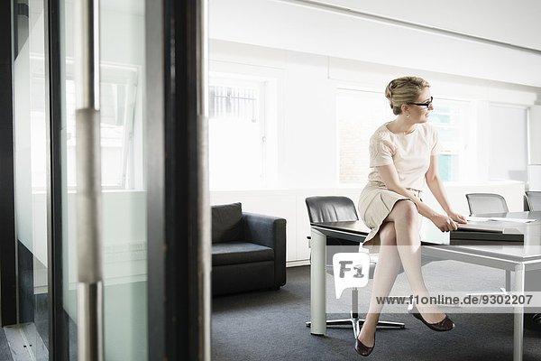 Junge Geschäftsfrau bei der Präsentation im Sitzungssaal