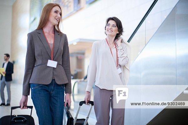 Zwei Geschäftsfrauen bei der Ankunft im Konferenzzentrum