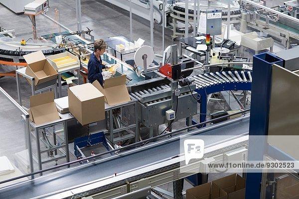 Reife Frau in der Papierverpackungsfabrik