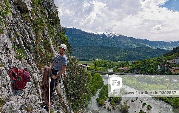 Kletterer am Sicherungspunkt auf Mehrseillängenroute  Amazziona am Piccolo Dain Parete della Centrale  Sarche  Trentino  Italien
