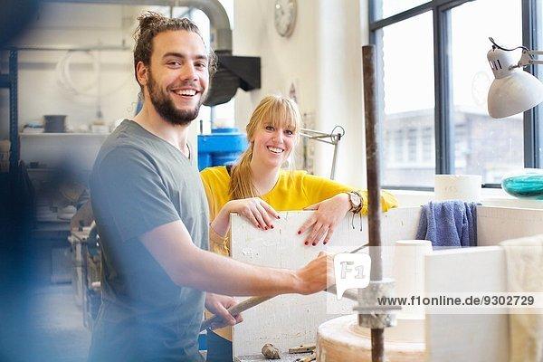 Töpferpaar bei der Arbeit in der Keramikwerkstatt