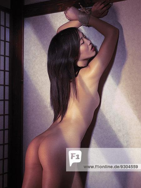 Gefesselt nackt frau Frauen Nackt