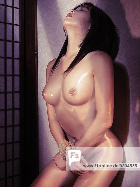 Frau nackt gefeselt
