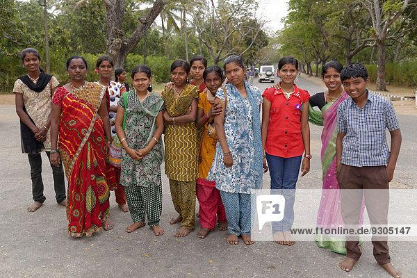 Junge Inder  Schülerinnen und Schüler  Mysore  Karnataka  Südindien  Indien  Asien