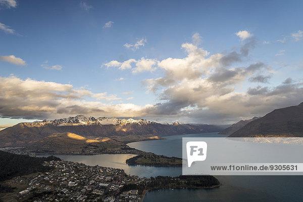 'Queenstown vor ''Lake Wakatipu'' und Bergpanorama der ''Remarkables'' bei Sonnenuntergang  Otago  Südprovinz  Neuseeland'