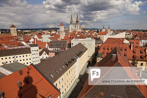 Dach Halle Stadt Geschichte Uhr Kathedrale Bayern Deutschland alt Regensburg